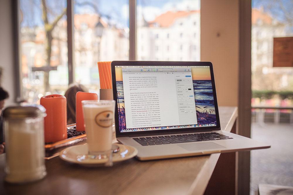 laptop-cafe-arbeiten-macboo