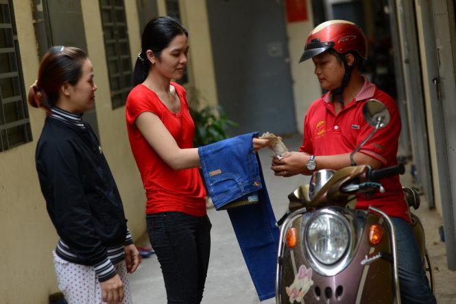 Hai chị Kim Hoàng và Tú Trinh (ở quận Bình Tân, TP.HCM) trả tiền bộ quần áo đã đặt mua qua Facebook nhưng không có hóa đơn